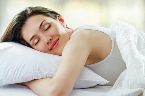 mulher-dorme-feliz